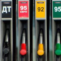 В России подешевел бензин пятый раз за год...